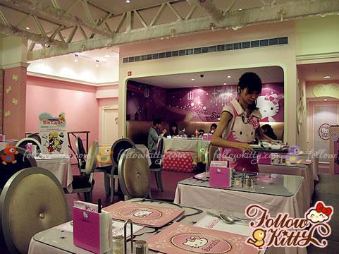 Cute Hello Kitty Apron on Waitress (Hello Kitty Sweets Café)