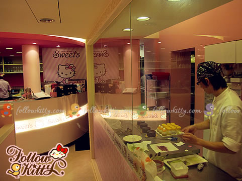 Working Area for Decorating Cakes (Hello Kitty Sweets Café)