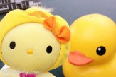 Hello Kitty Ugly Duckling With Giant Rubber Duck Small